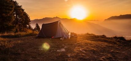 Wybierasz się na biwak? Przegląd latarek campingowych