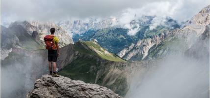 Najlepsze latarki do chodzenia po górach - jaki sprzęt turystyczny na prezent?
